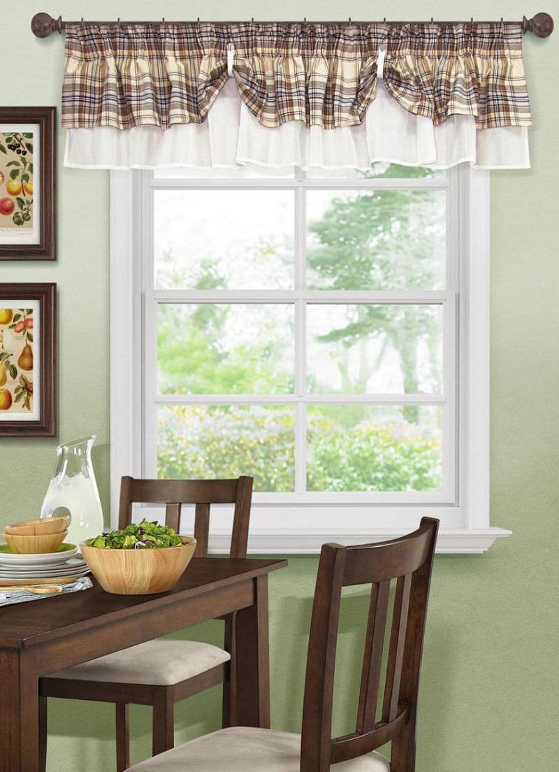 Короткие шторы на кухне 3