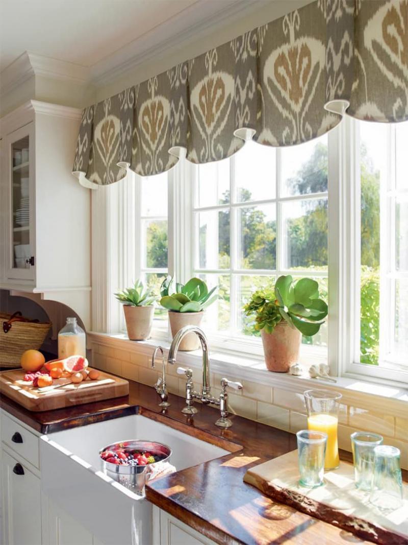 Короткие шторы на кухне 4