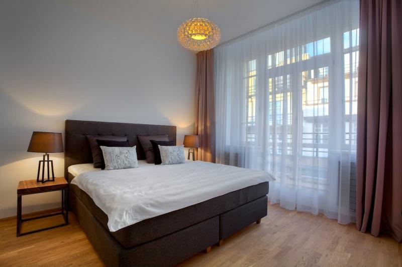 Шторы для спальни с балконом 1