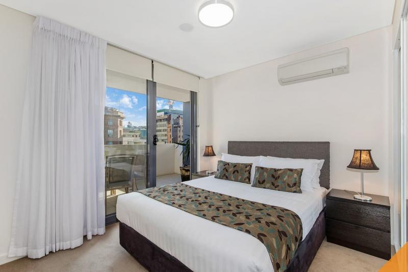 Шторы для спальни с балконом 10