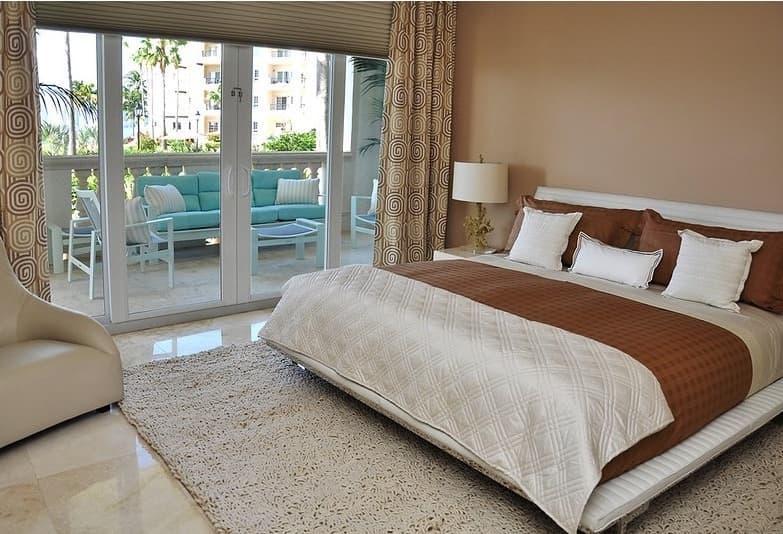Шторы для спальни с балконом 3