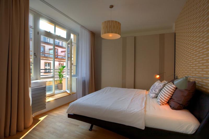 Шторы для спальни с балконом 5