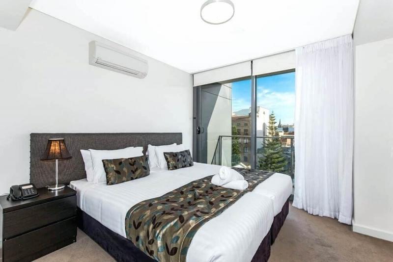 Шторы для спальни с балконом 6