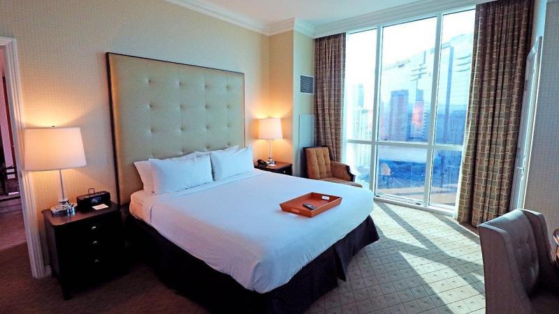 Шторы для спальни с балконом 7
