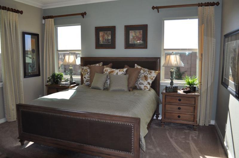 Шторы для спальни с двумя окнами 6