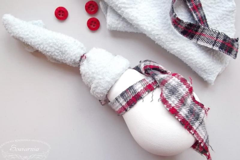 Снеговик из старой лампочки 11