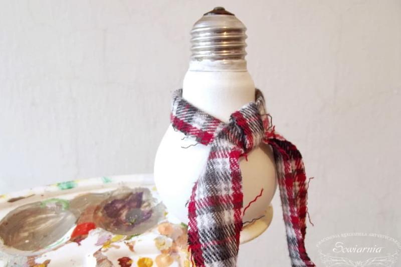 Снеговик из старой лампочки 8