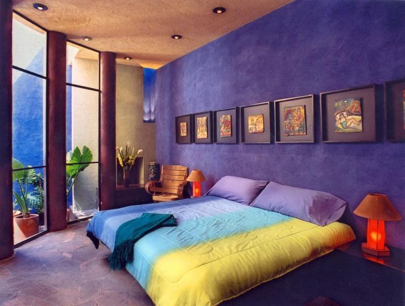 Яркий фиолетовый интерьер спальни