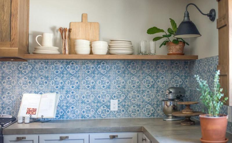 Кухня без верхней линии шкафов 8