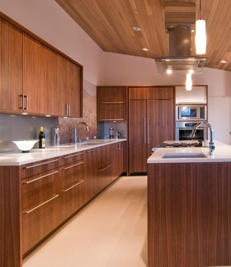 Кухня с древесными фасадами 6