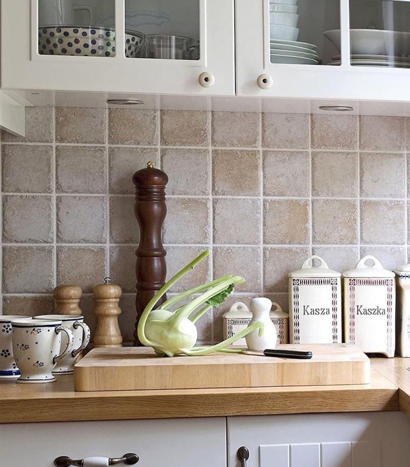 Квадратная плитка в интерьере кухни 2