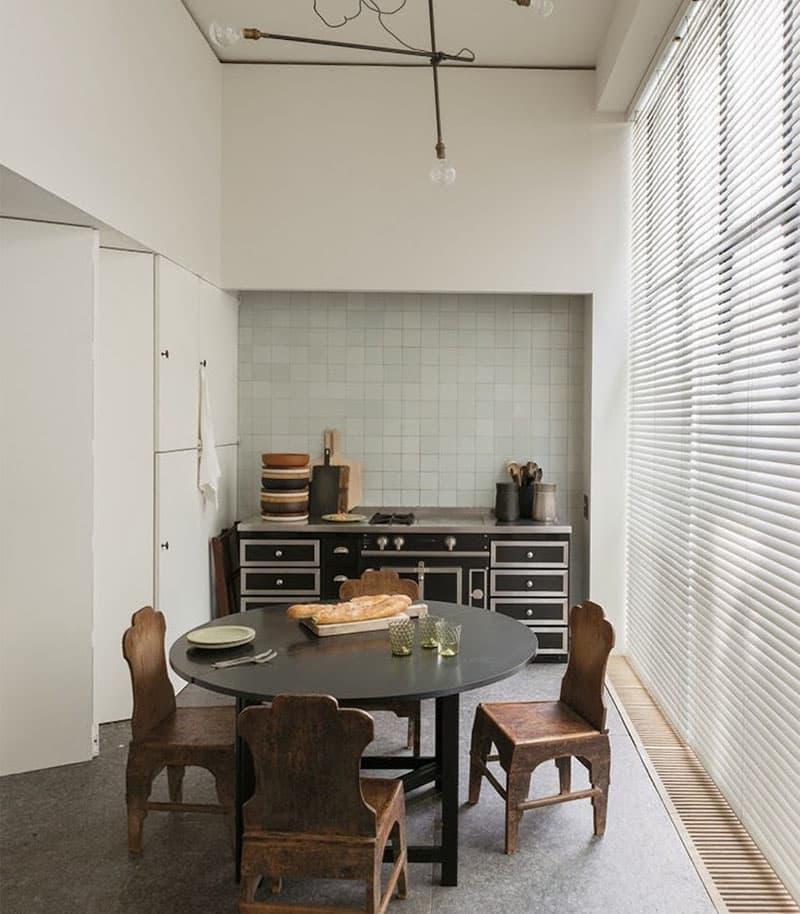 Квадратная плитка в интерьере кухни 5