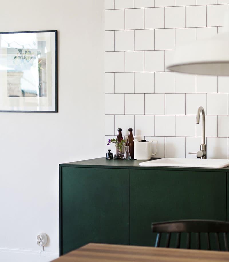 Квадратная плитка в интерьере кухни 6