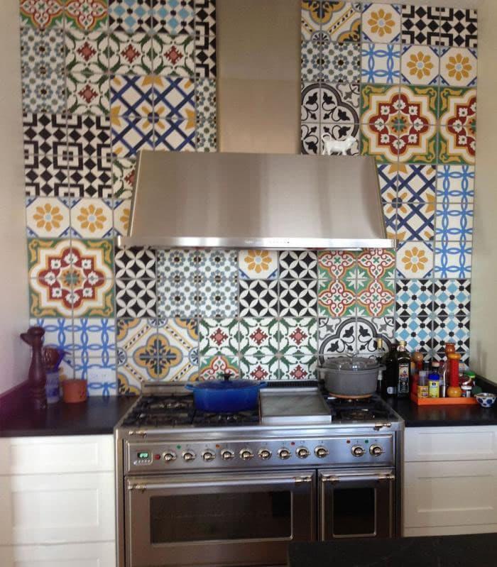 Квадратная плитка в интерьере кухни 7