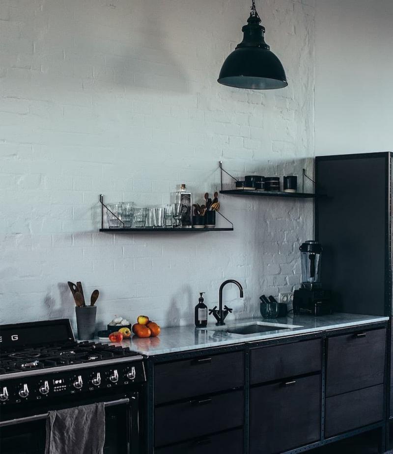 Лампы и смеситель на кухне черного цвета 1