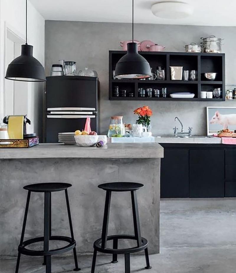 Лампы и смеситель на кухне черного цвета 2