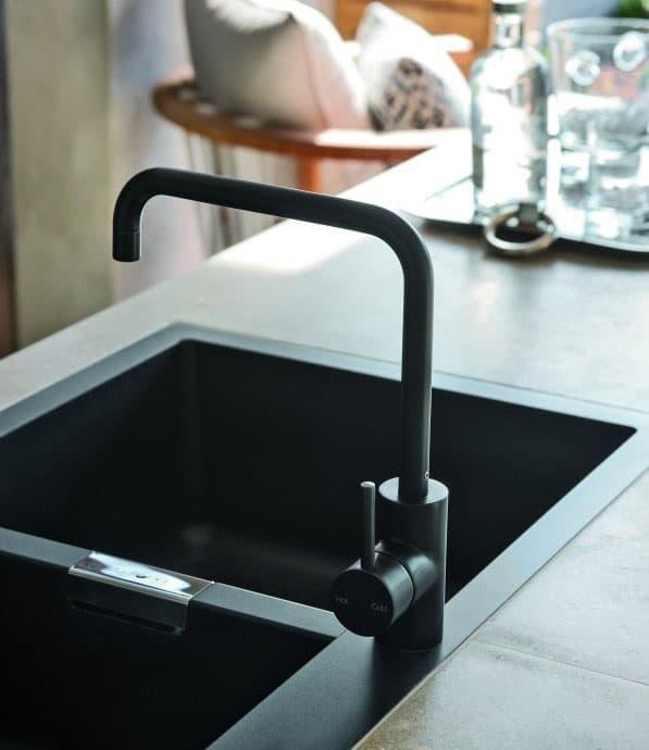 Лампы и смеситель на кухне черного цвета 3