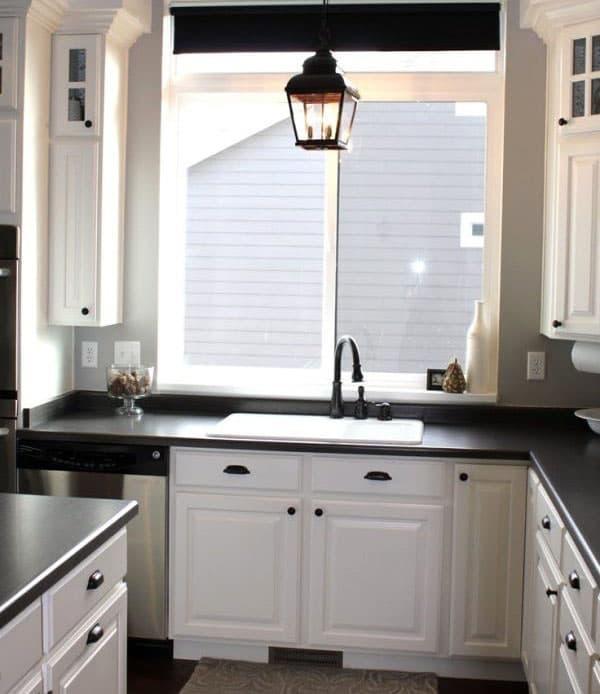 Лампы и смеситель на кухне черного цвета 6