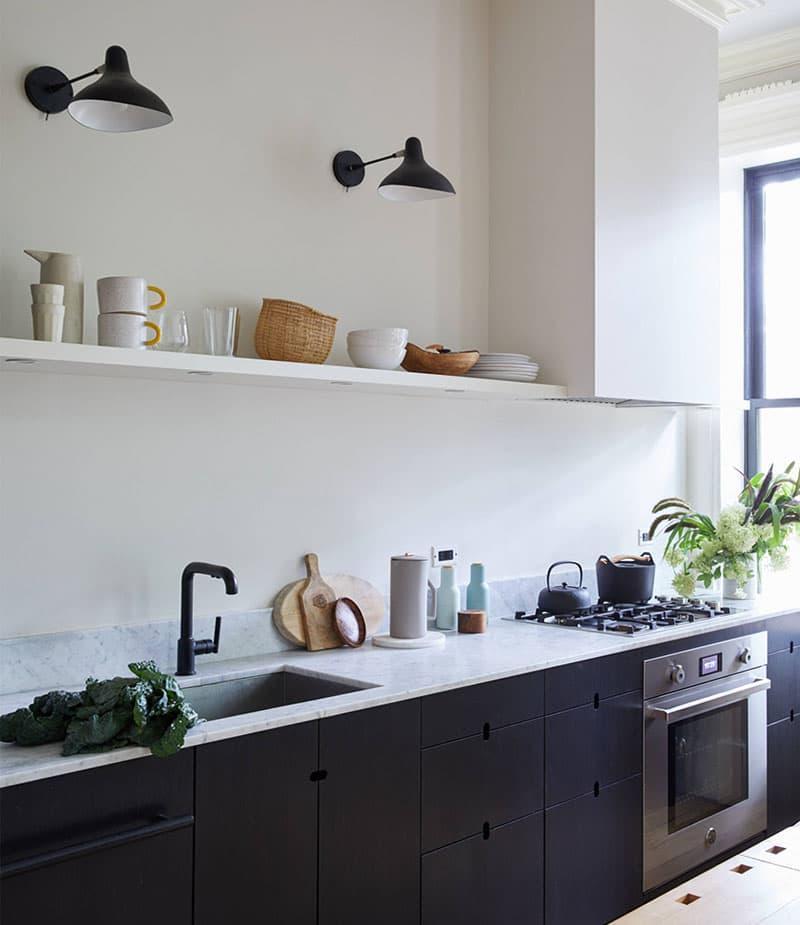 Лампы и смеситель на кухне черного цвета 7