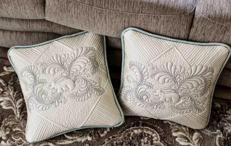 Диванные подушки в интерьере гостиной 2