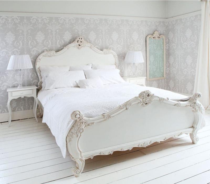 Белые обои в интерьере спальни 2