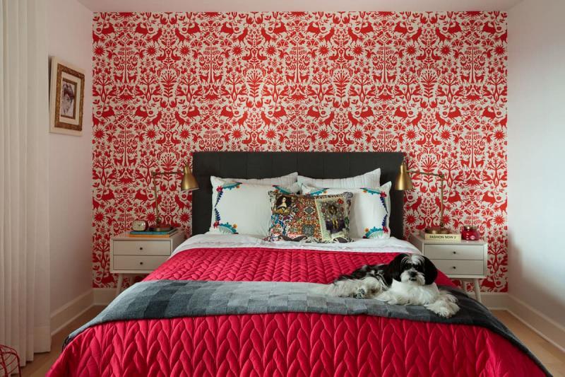 Красные обои в интерьере спальни 3