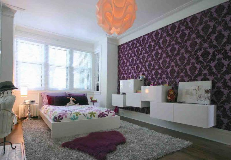 Обои для спальни со светлой мебелью 2