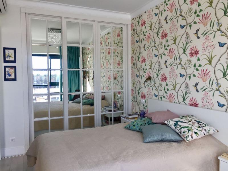 Обои для спальни со светлой мебелью 3
