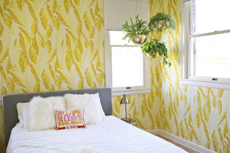 Желтые обои в интерьере спальни 3