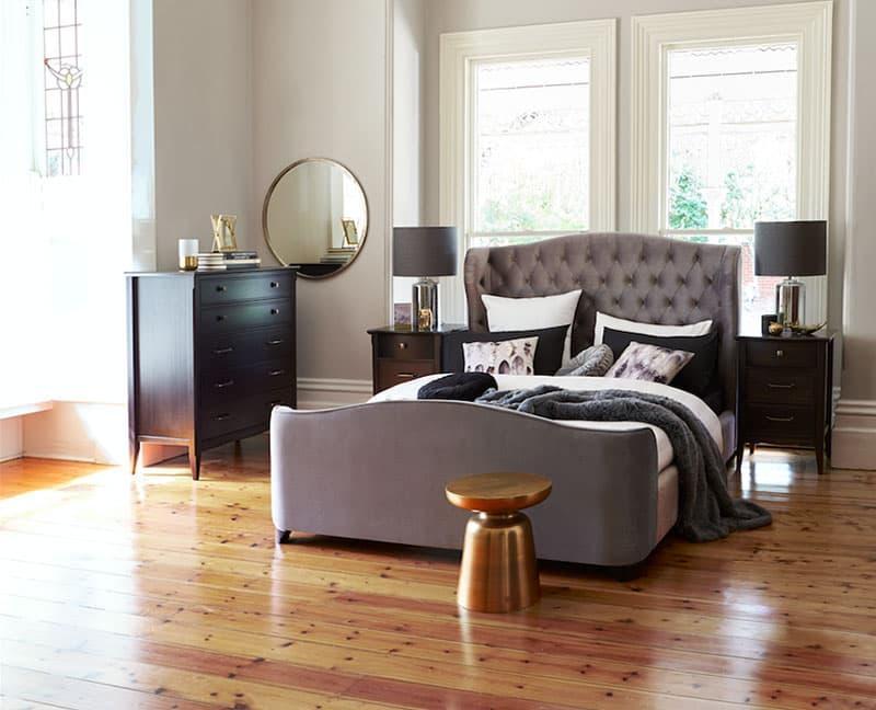 Аксессуары из металла в интерьере спальни 7