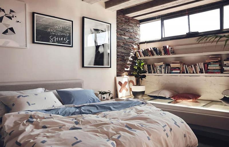 Легкий творческий беспорядок в интерьере спальни 1