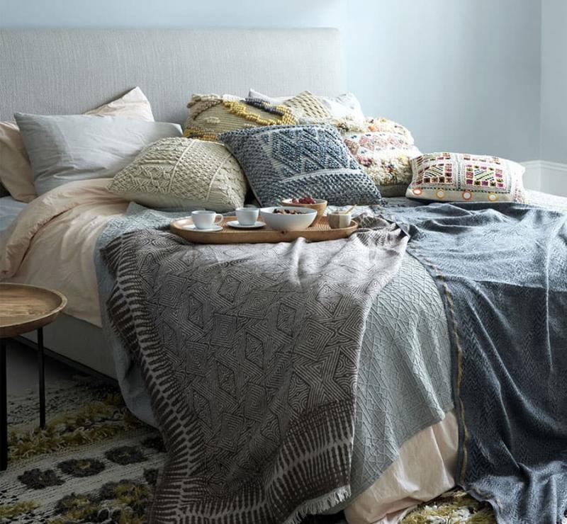 Легкий творческий беспорядок в интерьере спальни 4