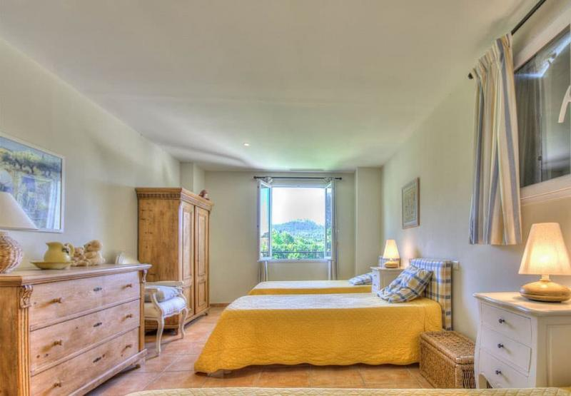 Оформление потолка в прованской спальне 1