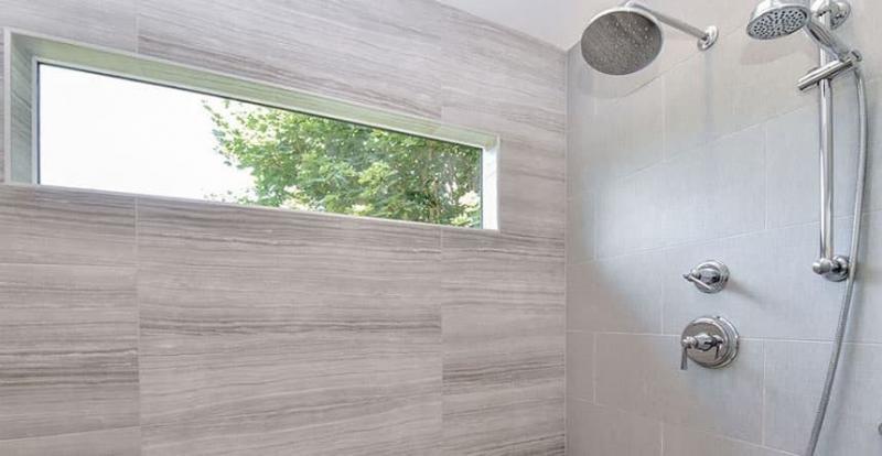 Гладкое дерево в интерьере ванной комнаты 5
