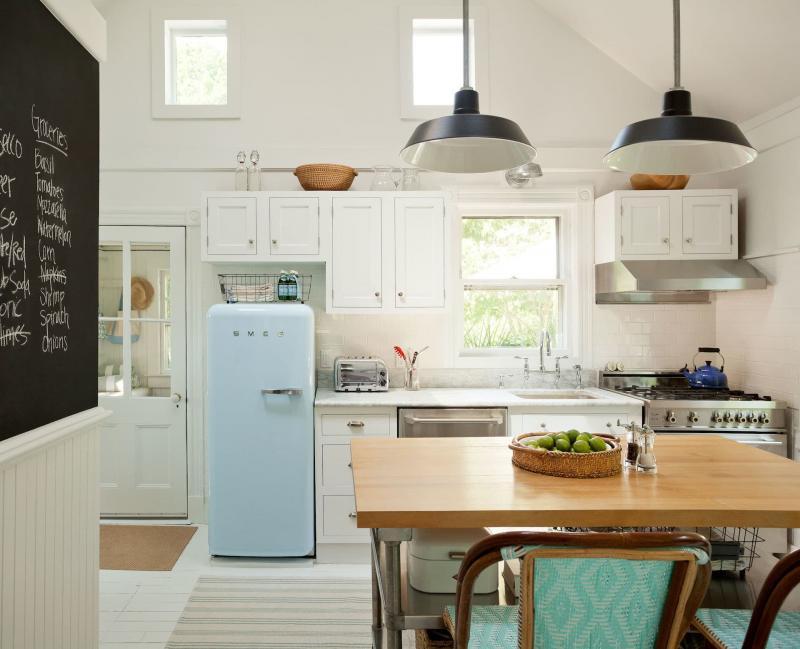 Холодильник в маленькой кухне 1
