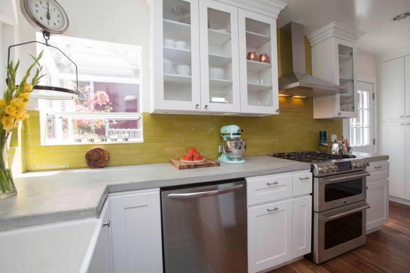 Угловая маленькая кухня 1