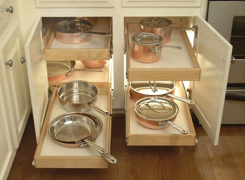 Выдвижные ящики на маленькой кухне 1