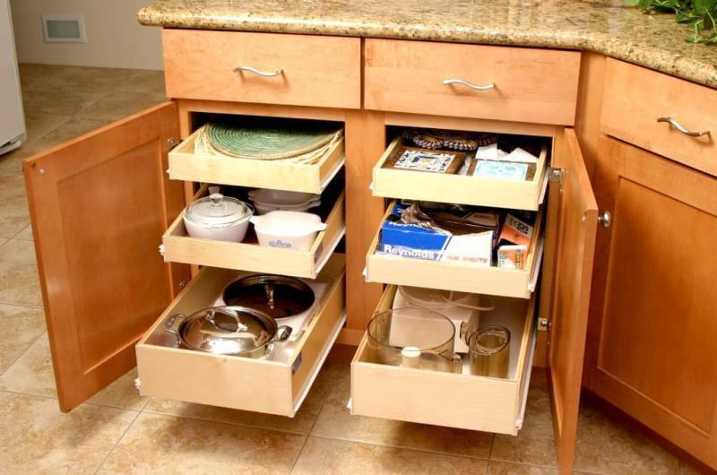 Выдвижные ящики на маленькой кухне 2