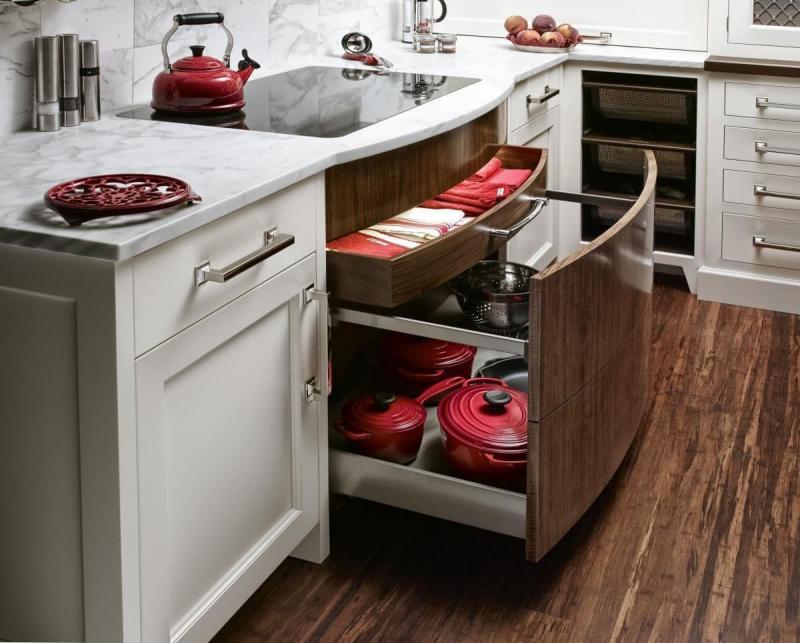 Выкатные шкафы на маленькой кухне 2