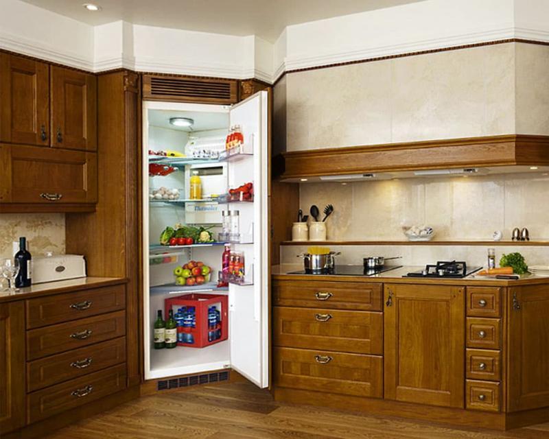 Угловая кухня с холодильником в углу 1