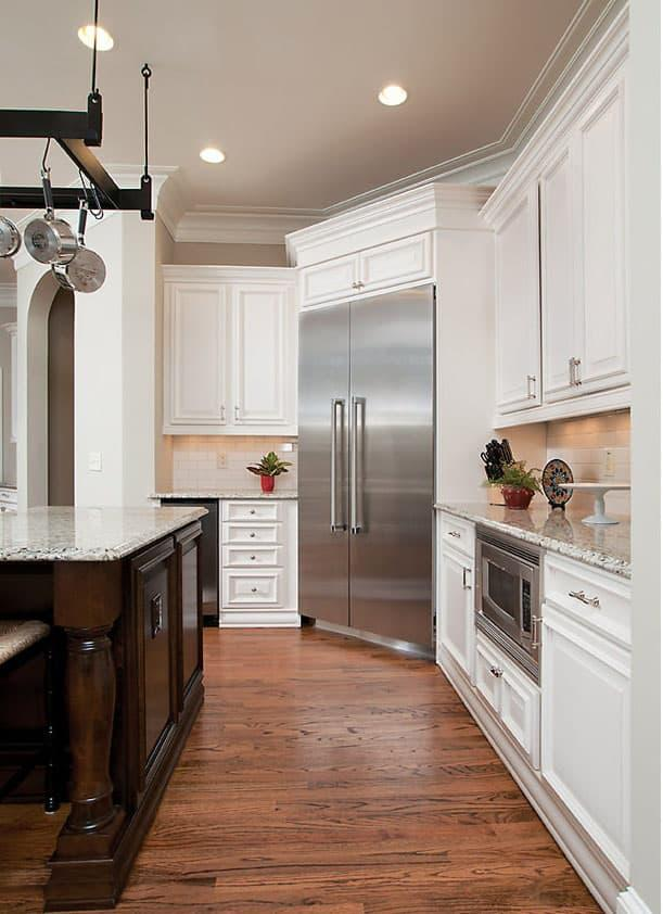 Угловая кухня с холодильником в углу 2