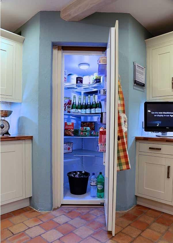 Угловая кухня с холодильником в углу 3