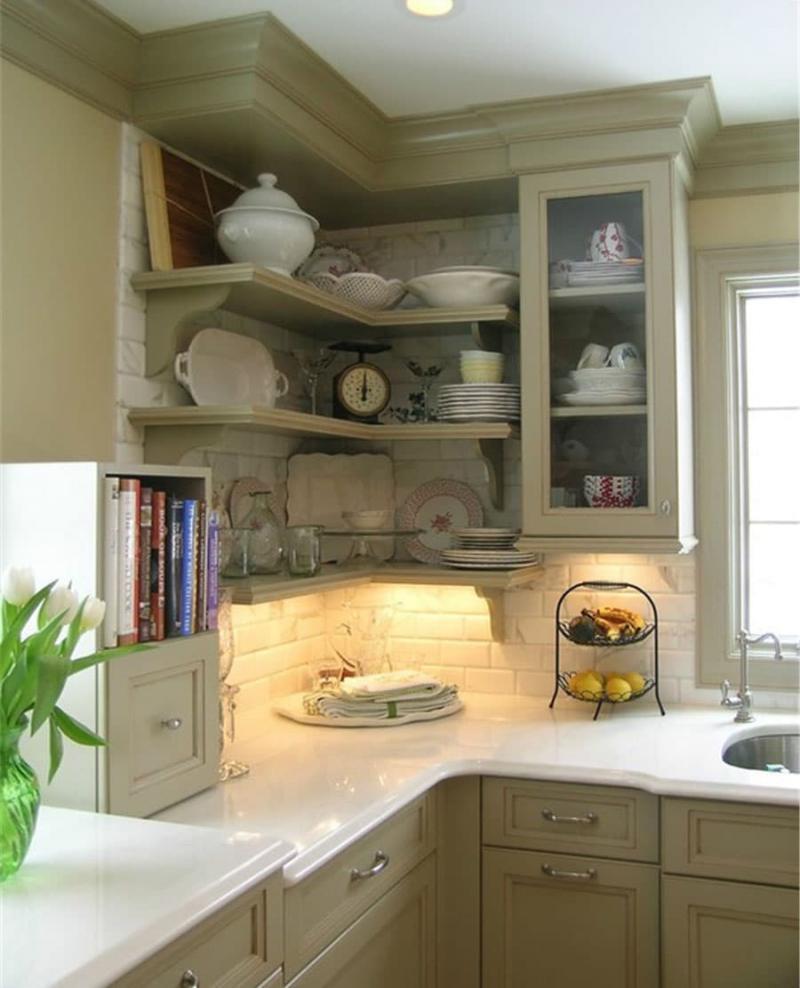 Угловая кухня с кухонным столом в углу 2