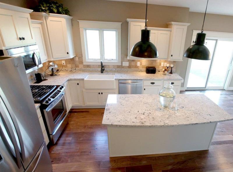 Угловая кухня с кухонным столом в углу 3