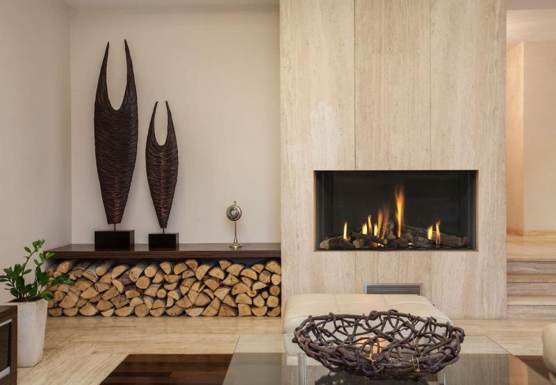 Камин в интерьере гостиной 8