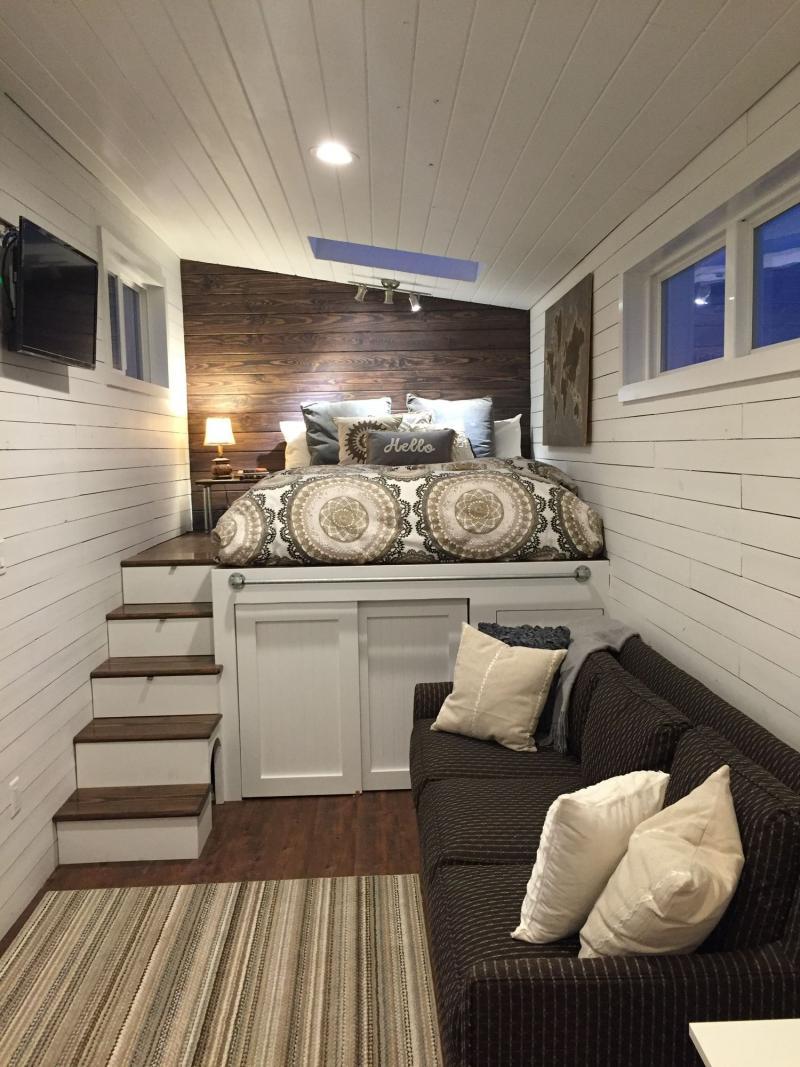 Гостиная со спальным местом на подиуме