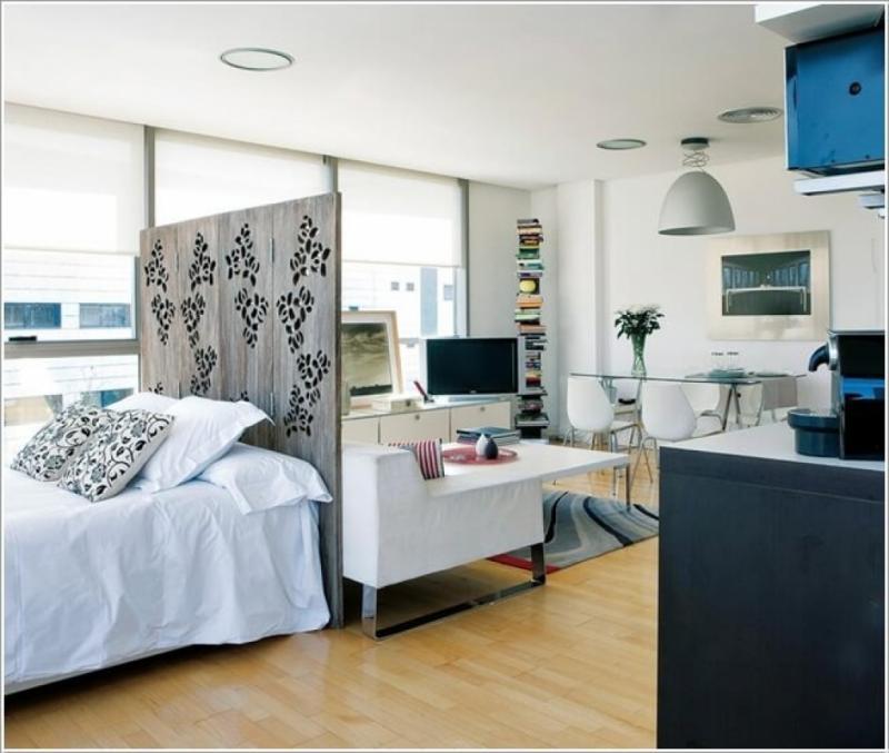 Гостиная со спальным местом с перегородкой у изголовья 1