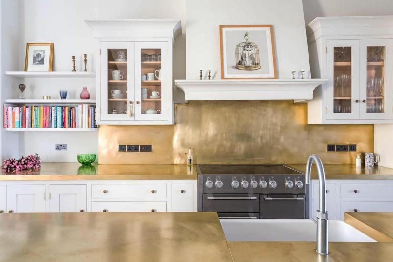 Латунь в интерьере кухни 4