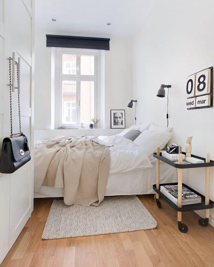 Кровать возле стены в маленькой спальне 1