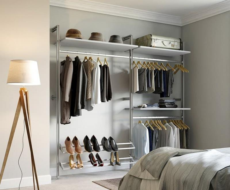 Открытый гардероб в спальне 1